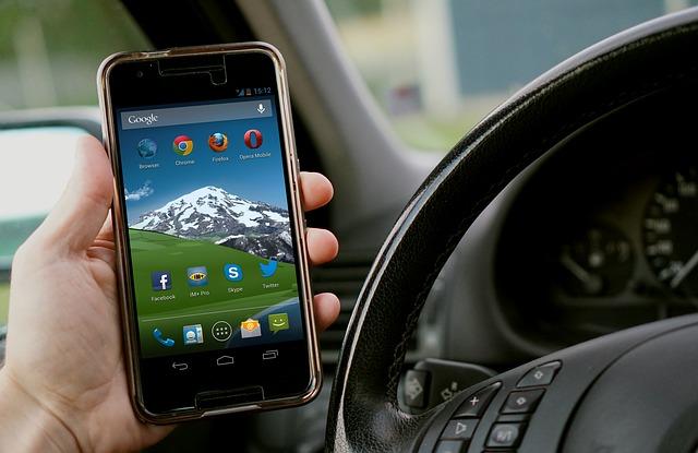 Korzystanie z telefonu podczas jazdy samochodem